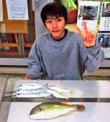泡瀬一文字で34センチのサヨリなどを数釣りした喜久本竜駒さん=12月23日