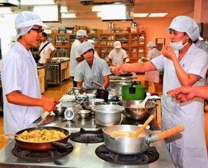 味を確かめながら調理する参加者ら=那覇市旭町・県学校給食会