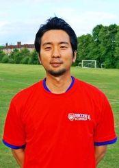 アーセナル・サッカースクールのコーチとして日々研さんしている新垣興一さん=ロンドン