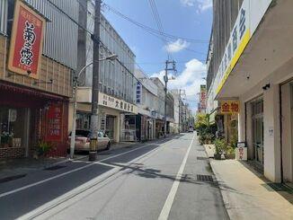 宮古島市の西里大通り。人通りはまばらだ