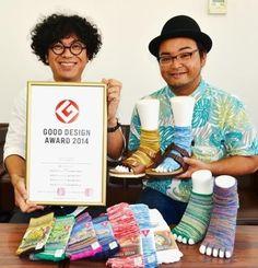 2014年度のグッドデザイン賞を受賞した5本指靴下をPRするプロジェクト・コアの名嘉太一専務(左)と新里公太さん=23日、沖縄タイムス中部支社