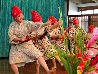 「まみどーま」を踊り、会場を沸かせる八重山高校郷土芸能部=ホノルル市内