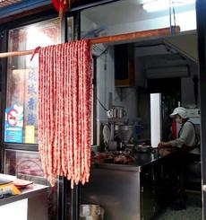 島の特産の一つ、豚肉でつくる琉球ソーセージ「琉球香腸」