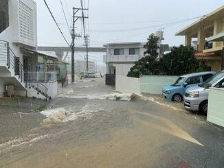局地的な大雨で激流が発生した道路=2日午後2時ごろ