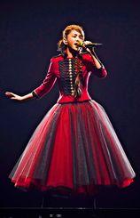 赤と黒のシックな衣装で登場。オープニングで「Hero」を歌った安室奈美恵=2日、東京ドーム