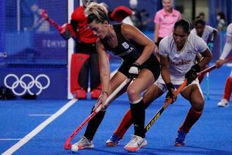 ホッケー女子準決勝、インド戦でボールをキープするアルゼンチンのアグスティナ・アルベルタリオ(左)=4日、大井ホッケー競技場(AP=共同)