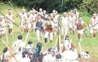 歴史ドラマ「尚巴志」の合戦シーンの撮影が始まった。島添大里城の軍と刀ややりなどで戦った=19日、南城市の糸数城跡
