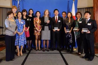 日本起業家賞2014のファイナリストにも選ばれた。玉城さんは左から4人目、中央は同賞を主催したキャロライン・ケネディ駐日米大使。