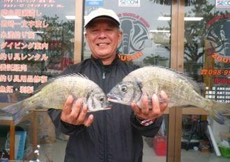 西崎海岸で38センチのチヌなどを釣った宮城勝弘さん=7日