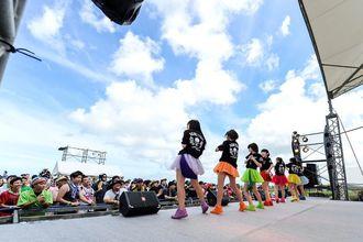 総勢36組のアイドルが熱いステージを繰り広げた「瀬長島ガールズポップフェスティバル2014」。写真は山口活性学園=7月5日午前10時ごろ、(写真提供 ワンダーリューキュー)