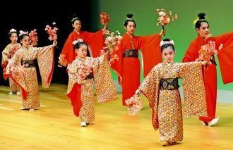 春らしい衣装で「四季の踊り」を舞う子どもたち=28日午後、那覇市・タイムスホール
