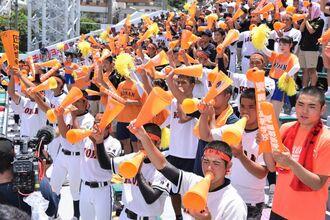 声援で選手を後押しする興南の応援団