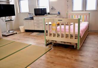 退院後に自宅での医療的ケアのイメージをもってもらうための完全個室「退院移行支援病室」。医療的ケア児も含め家族で宿泊でき、キッチンなどもある=6日、那覇市真地