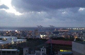 沖縄タイムス本社から那覇新港方面を撮影=6日午後7時30分