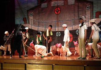 「海から豚がやってきた」を熱演する北中城小学校6年生=北中城小学校体育館