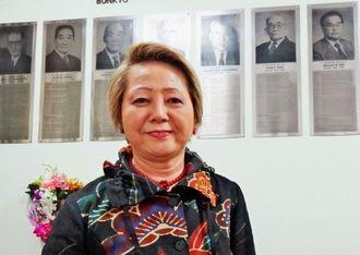 歴代会長の記念プレートが並ぶ会長室で、那覇で購入した琉球模様の装いの呉屋さん