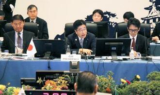 G20保健相会合であいさつする加藤厚労相(中央)=19日午前、岡山市