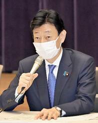 新型コロナウイルス感染症対策分科会であいさつする西村経済再生相=8日午後、東京都千代田区