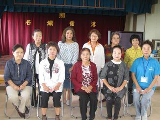 名城自治会女性部(前列右から2人目が新垣君子部長)