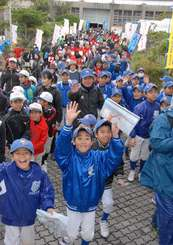 子どもから大人まで意気揚々と出発する5キロコースの参加者=3日午前、浦添市民体育館前