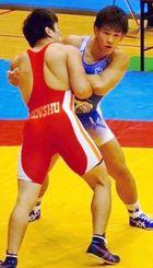 2大会連続で優勝した日体大の屋比久翔平(右)=東京・駒沢体育館(提供)