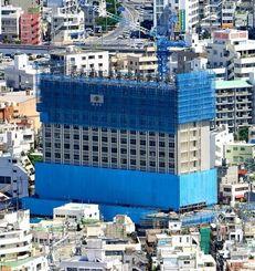 ハイアットが開業する桜坂劇場隣接地に建設中のホテル=5日午前、那覇市牧志(本社チャーターヘリから)