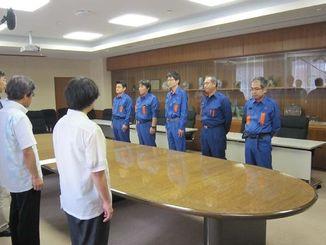 出発式で激励される隊員たち=21日、那覇市おもろまちの沖縄総合事務局