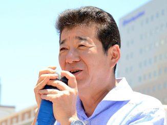 2016年5月に那覇市の国際通りで演説する松井一郎氏