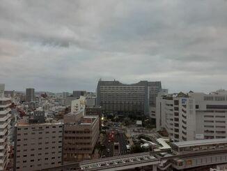 那覇市の上空=24日午後5時10分ごろ