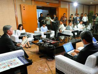 知事就任2年を振り返り、記者の質問に答える翁長雄志知事=28日、県庁