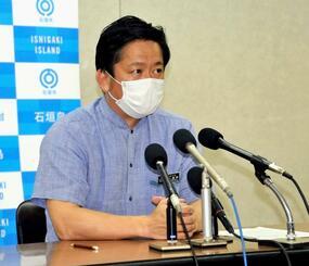 石垣島で集団感染が起こる可能性が高いとして緊急事態宣言を発表する中山義隆石垣市長=16日午後9時30分ごろ、石垣市役所