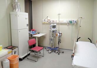感染した患者が治療を受ける陰圧室。他の部屋より気圧を低くして病原体が外に漏れないようにしている=17日、うるま市・県立中部病院(提供)