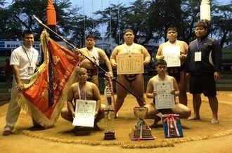 相撲団体で、県勢初の優勝を飾った浦添中=青森県・十和田市相撲場(提供)
