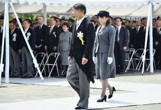 千鳥ケ淵戦没者墓苑での拝礼式に参列された秋篠宮家の長女眞子さま。左は根本厚労相=27日午後、東京都千代田区