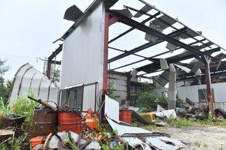 強い風で屋根が吹き飛ばされたトタンの小屋=5日午後4時2分、南大東村池之沢