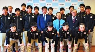 五輪出場に向けて意欲を語る全日本男子の南部正司監督(中列中央)と選手ら=県庁