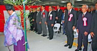 17日から利用が始まる新立体駐車場の第1期分の竣工式=15日、那覇空港