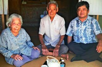 「二人三脚で支え合ってきた」と話す(右から)田仲ツルさん、康信さん夫妻と、照屋区長=名護市中山