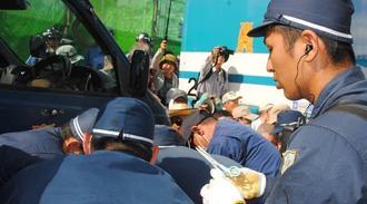 強制排除のために、はさみを手にする警察官=15日、名護市辺野古・米軍キャンプ・シュワブゲート前
