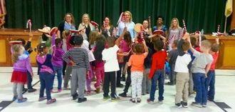 パーランクーをたたきエイサーを練習した園児ら=米ニュージャージー州のジョン・F・ケネディー小学校