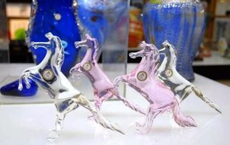 前脚を上げ、躍動感のあるガラスの馬