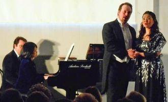 有名なオペラアリアから二重唱を聴かせた(右から)金城由起子さん、夫のシュレイマさん、伴奏の知念杉子さん=ブースト・アルシツィオ