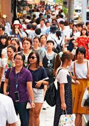 多くの観光客でにぎわう国際通り=9月8日、那覇市松尾