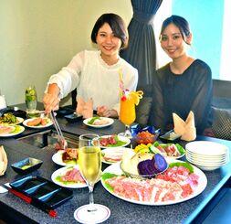 県産和牛焼肉バーベキュー食べ放題を楽しむ女性客=1日、那覇市、沖縄かりゆしアーバンリゾート・ナハ