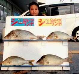 那覇一文字で72.2センチ、4.63キロのタマンを釣った大浜佳介さん=24日