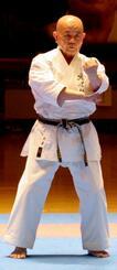 沖縄伝統空手儀式で型を披露する比嘉稔氏(小林流)