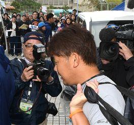 練習を終え、車に乗り込む中日・松坂大輔選手に大勢のファンが声を掛ける