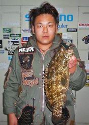 2日、泡瀬漁港で44.8センチ1.82キロのミーバイを釣ったFCゆずの内西勝利さん。餌はミジュン