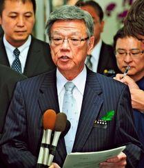 新たなコンクリートブロック設置などの停止指示を発表する翁長雄志知事=16日午後5時7分、沖縄県庁