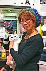 東大阪市の美容室で、飼い猫とほほ笑む甚田都代美さん